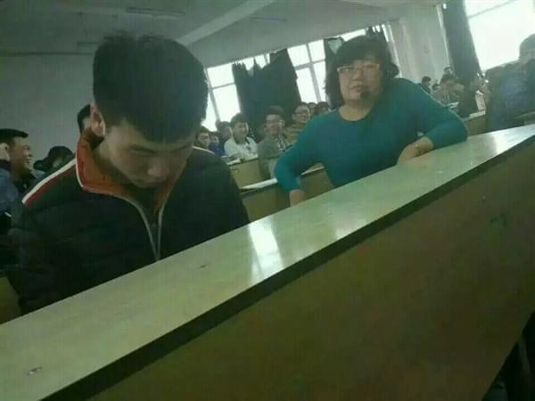 课堂玩《王者荣耀》无法自拔 女老师坐旁边表情亮了的照片 - 1