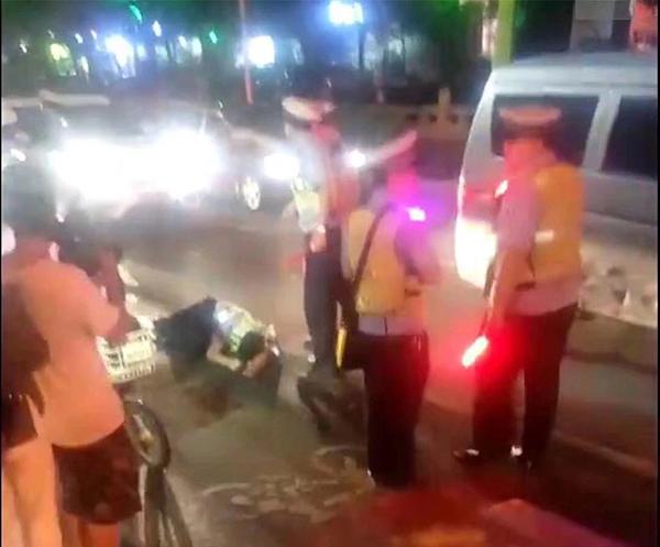 吸毒男子强行冲卡撞伤辅警 无证驾驶已被警方刑拘
