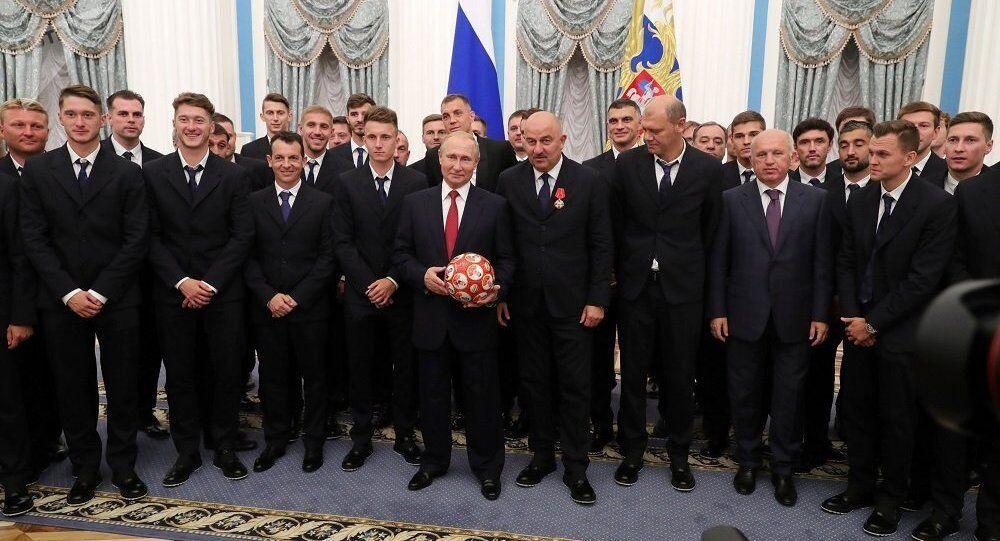 普京向俄国足颁奖:你们让民众相信本国足球