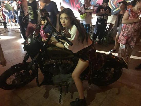 林允骑摩托车