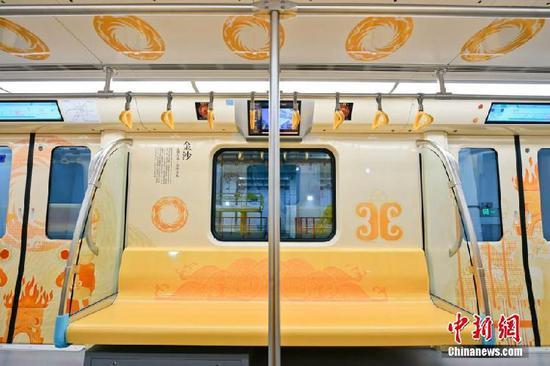 """成都地铁7号线""""金沙文化""""主题列车亮相"""
