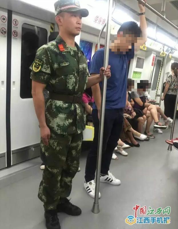 """消防战士乘地铁身姿挺拔成""""网红"""":对得起这身衣服"""
