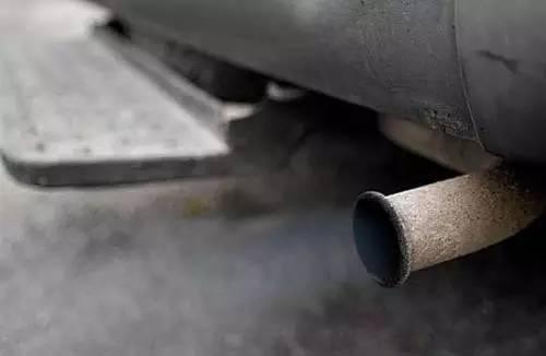 """""""火莲花""""虽然在短时间内能让车辆通过尾气检测,但因其易使发动机温度升高,造成排气不畅,会对车发动机整体造成损害。久而久之,车的动力会因此减弱,怠速时更容易造成熄火。可以说,""""火莲花""""给车主带来的损失远超过其自身的价格。采取这种违法手段通过年检,造成空气污染将损害所有人的利益,央视新闻将持续关注案件的进展。"""