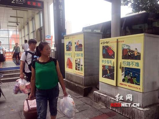 在火车站地铁出口处,手绘公益广告提醒着市民举止要文明.