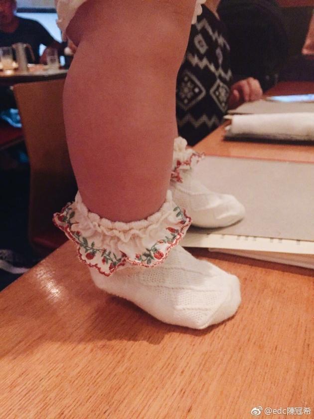 陈冠希晒女儿的腿