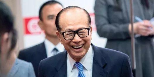 90岁李嘉诚退休 曾在当跑堂时因这事险些被炒鱿鱼