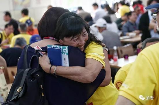 5月3日,北京大学,回校参加校庆的老同学紧紧相拥。新京报记者彭子洋摄
