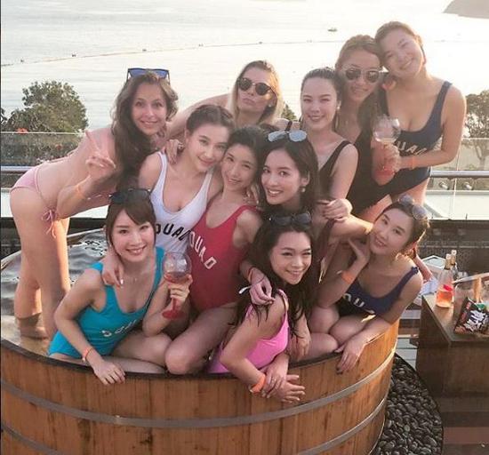 何超莲与女朋友们一齐开泳衣派对。