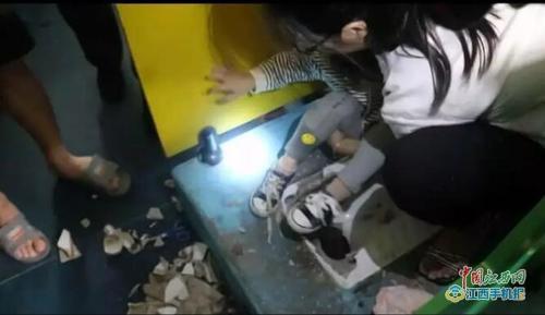 五岁女童脚卡便池被困厕所 消防敲碎便池将其救出