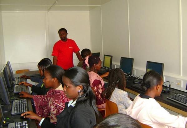 揭秘非洲网吧:1小时2美元 开网页需五六分钟的照片 - 5