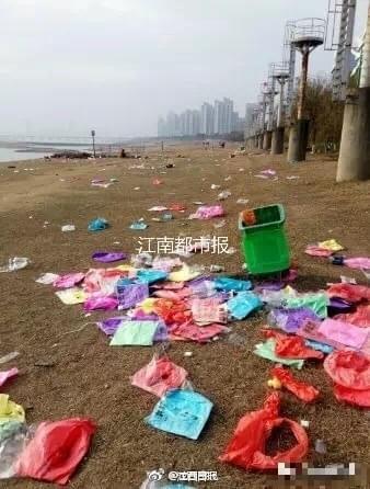 南昌赣江边跨年狂欢后一片狼籍 遍地孔明灯残骸