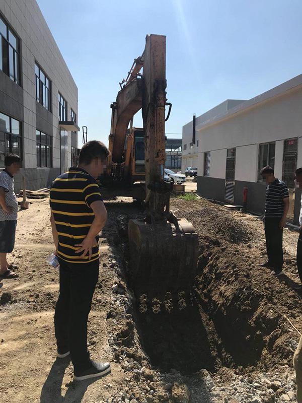 江苏一园区被曝偷埋化工废料:污染土壤 测出强碱性