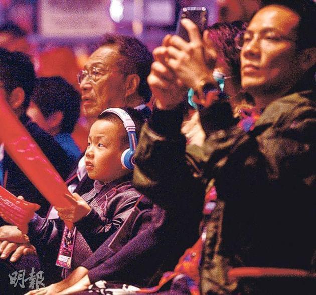 Torres戴着护耳机跟爸爸丁子高一起看妈妈杨千嬅演出。
