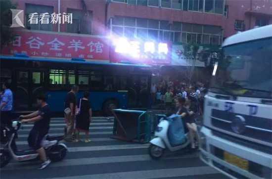 山东一公交车溜车压倒数名路人 市民合力抬车救人