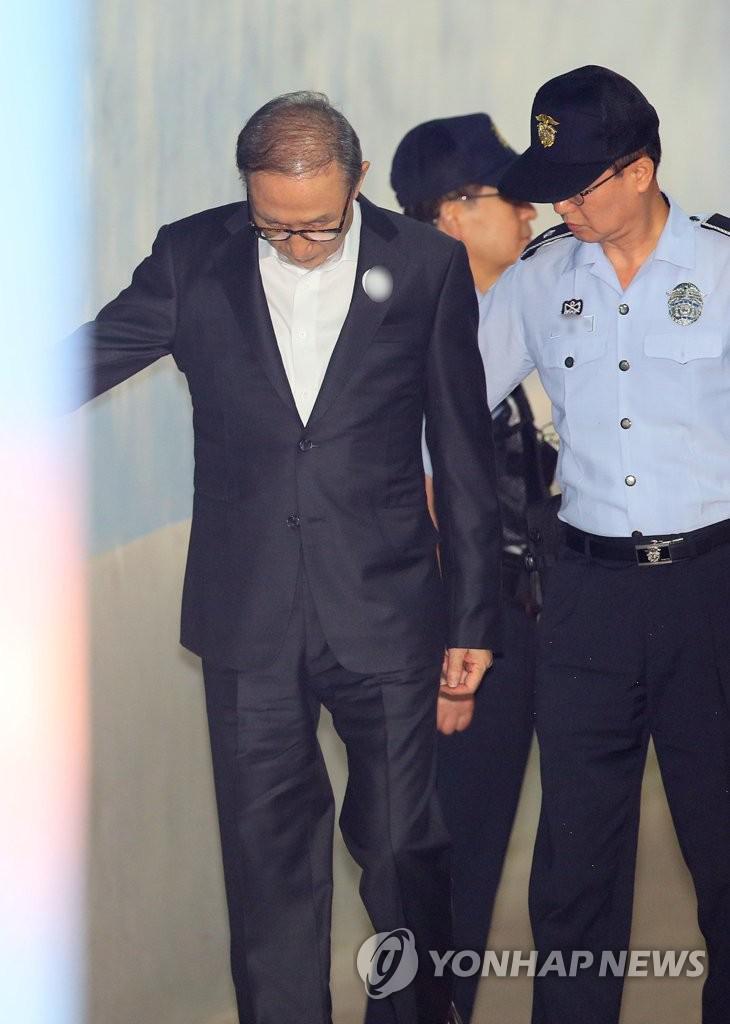 77岁李明博连续受审体力不支 用手扶墙进法院
