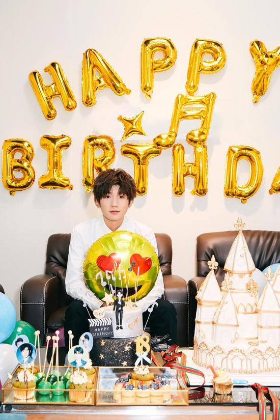 王源18岁 工作人员称生日在排练中度过