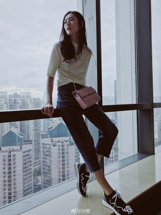 """刘雯窗边拍照秀2米大长腿 感叹""""时间不停留"""""""