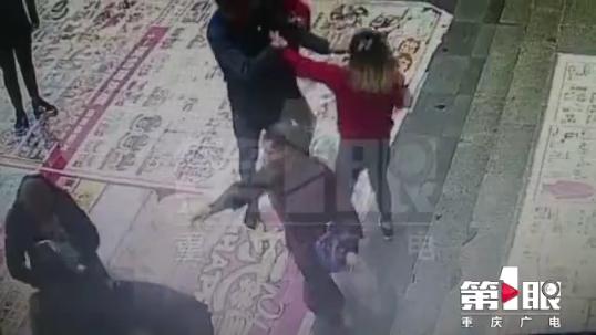 女子逛街遭美容推销员拦路抢客 不愿美容险被毁容