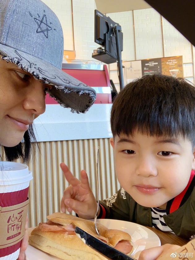 胡可和儿子共度亲子时光 可爱安吉小脸?#20391;?#22047;