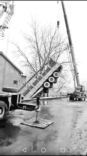 20多米长的货车冲破护栏坠桥 撞裂一栋三层楼房