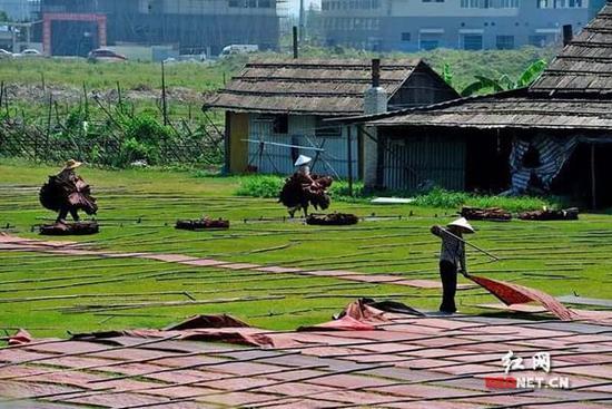 80后茶人设计开发香云纱茶道产品 此丝绸工艺为国家级非遗