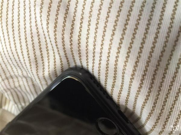 亮黑iPhone 7掉漆 网友用补漆笔修复的照片 - 2