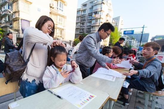 杭州民办小学实验躺椅带着初中排队招生家长诸城市图片