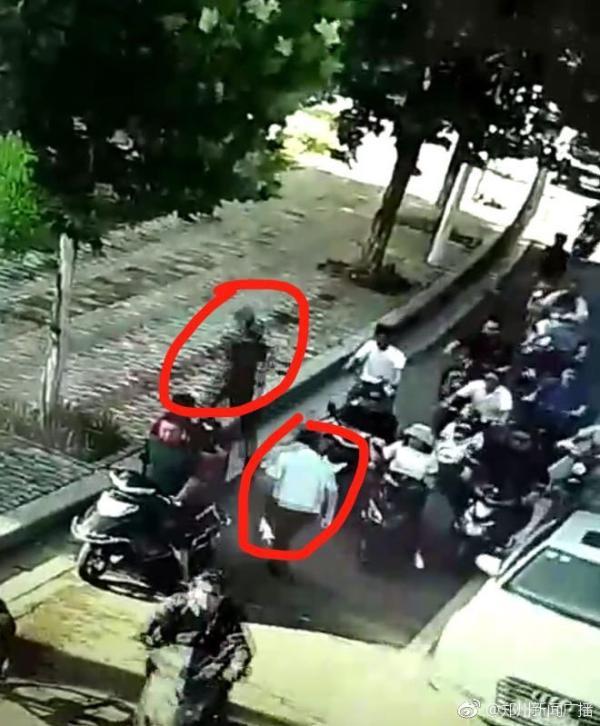 河南一公安局长开会途中遇扒包小偷 停车狂奔拿下