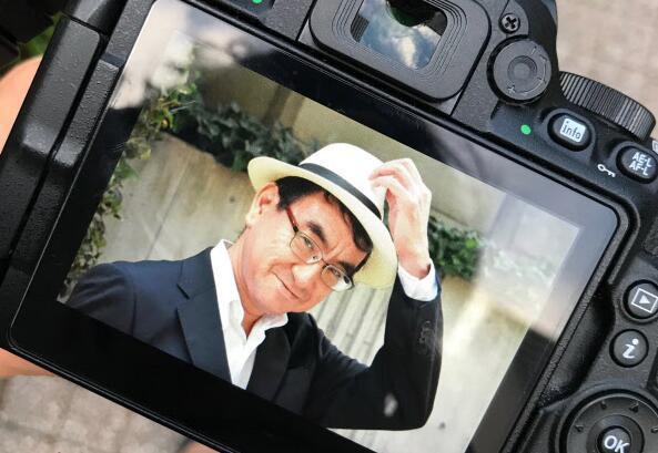 河野太郎最近常戴巴拿马帽亮相 日媒:学麻生耍帅?