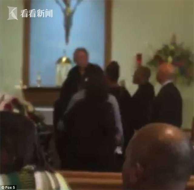 黑人家庭教堂哀悼亡母 白人神父连人带棺材轰走