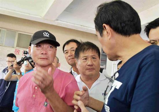 杨姓鱼贩看到马英九当场流泪不止。(图:台媒)