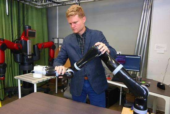 研究人员找到训练机器人新方法:碰触调整运行轨道
