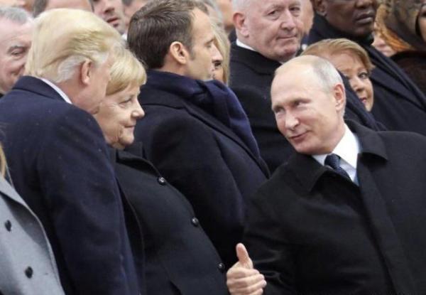 普京特朗普巴黎多次互动 默克尔面前普京竖大拇指
