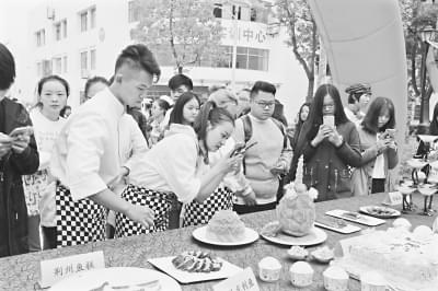 校园美食节火爆 学生自制口水鸡2小时卖3000元
