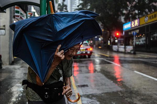 香港天文台发红色暴雨警告 警方:有楼层玻璃窗爆裂