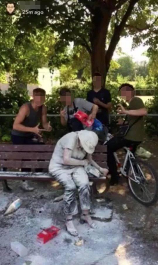 英4名少年当街侮辱残疾女子还发照炫耀 惹众怒被捕