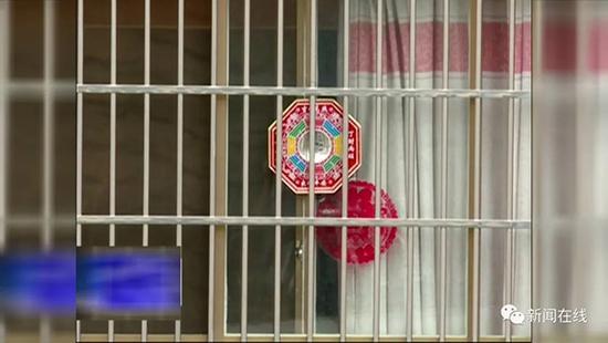 女子阳台上挂上百面镜子:对面宿舍楼妖气太重