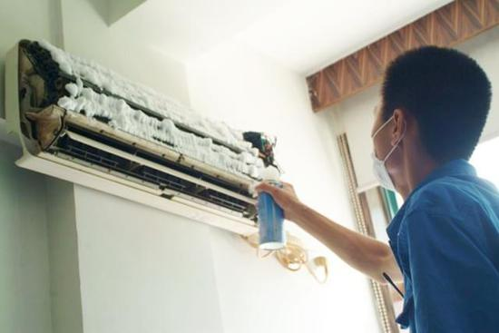 清洗过后的空调不但制冷效率高了,而且也没异味了,输出的空气清洗洁净