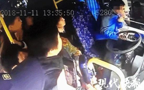 南京奔驰车主逼停公交车殴打司机 被拘留12天