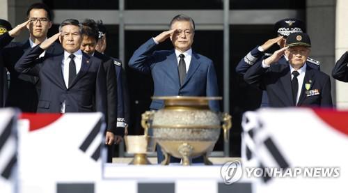 64具在朝阵亡韩军遗骸回国 文在寅亲赴机场迎接