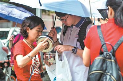 开考前,妈妈为住校的儿子带来爱心早餐。广州日报全媒体记者苏俊杰 摄