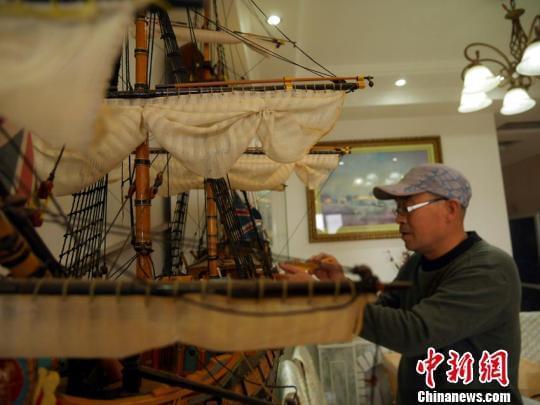 赵金龙用几年的时间制作了10余艘战船。 苍雁摄
