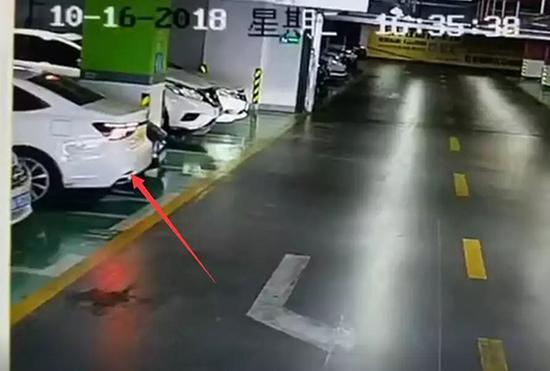 警方通报女司机连撞豪车:驾龄2年 事后主动报警