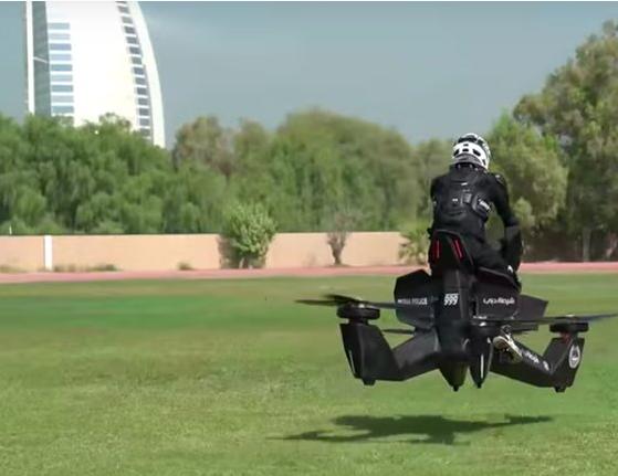 迪拜警方测试飞行摩托:可升空5米 载人飞行25分钟