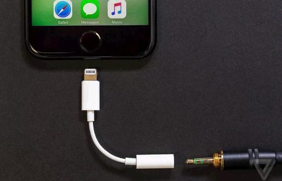 新iPhone不再赠送耳机插孔转换器,消费者需购买