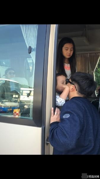 黄磊孙莉相恋22周年 不舍家人与两女儿伤感道别