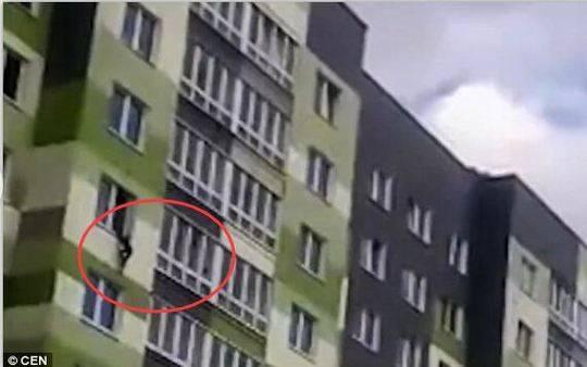 惊险!5岁男童在家从7楼摔下 领居们用毯子将其接住