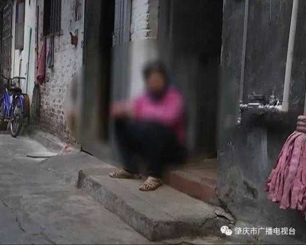 中学生嫌母丢脸当街暴打残疾母亲 被人肉不敢回家