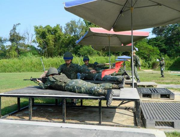 """台军士兵打靶时用遮阳伞及软垫 被网友称""""草莓兵"""""""
