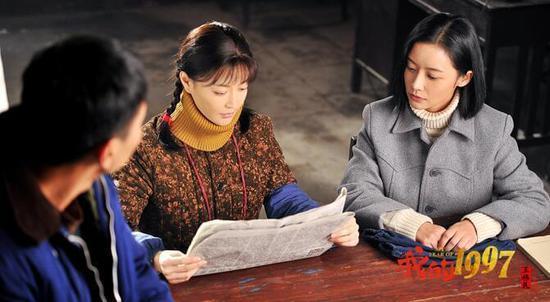 让小邱林印象深刻的还有香港的标志,明丽的金紫荆花。香港回归,当时班里很多同学都戴了香港徽章;还有教室后面的黑板报,老师画着大大的金紫金花,非常好看;过生日的时候,九七年很多小朋友出来拍照,都戴着徽章,或者背着香港回归的挎包。 时隔二十年,想起香港回归的当晚,想起那朵紫金花,邱林感慨万千。在当时她想不到,20年后她会以那个时代的少女心去开启自己儿时的温馨回忆、去触摸一个时代的心跳律动。